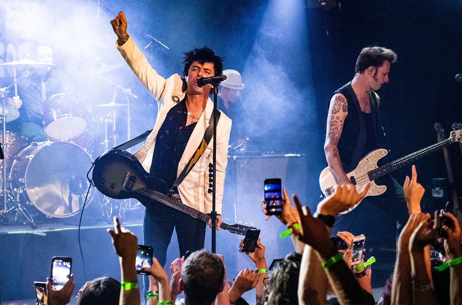 Green Day предлагает аэробику в стиле панк в видео 'Here Comes the Shock': смотреть