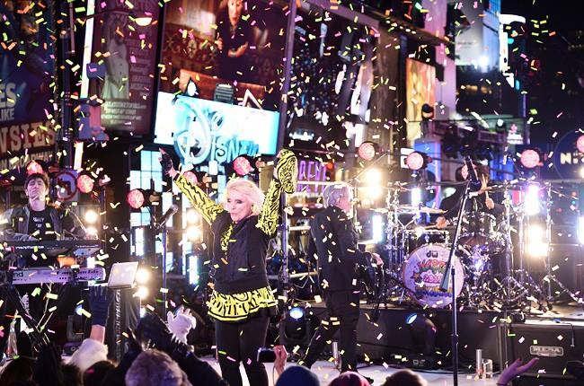 blondie-dick-clark-rocking-nye-2014-650-430