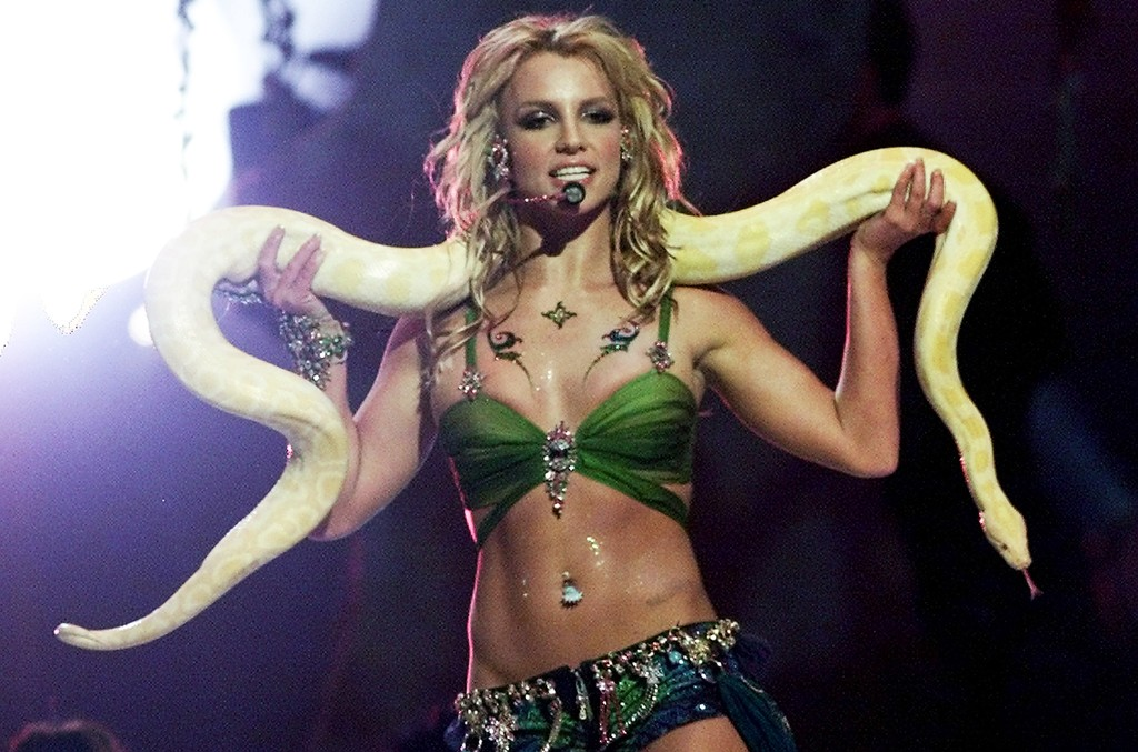 "Britney Spears performs ""I'm A Slave 4 U"" at the 2001 MTV Video Music Awards"