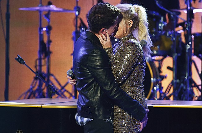Charlie Puth and Meghan Trainor kiss, amas 2015