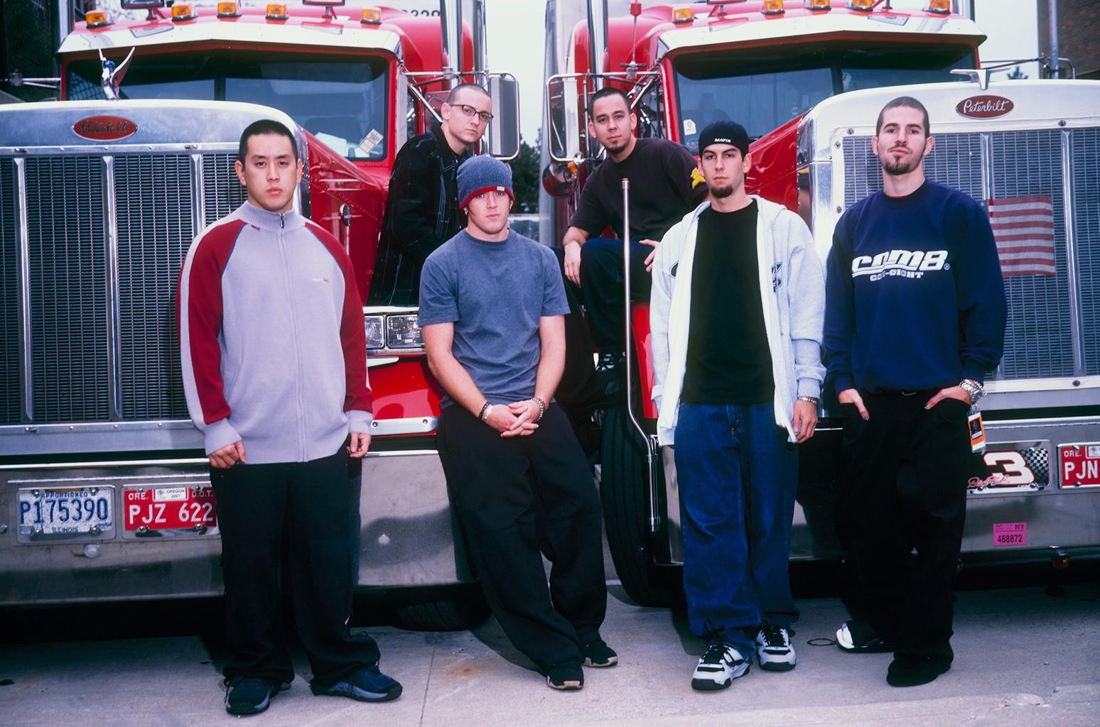 Joe Hahn, Chester Bennington, David 'Phoenix' Farrell, Mike Shinoda, Rob Bourdon and Brad Delson of Linkin Park in 2001.