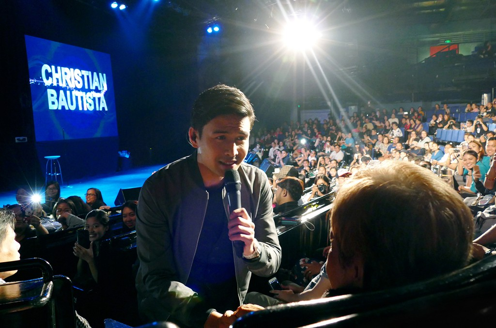 Christian Bautista serenades a fan at his Kapit concert and album launch.