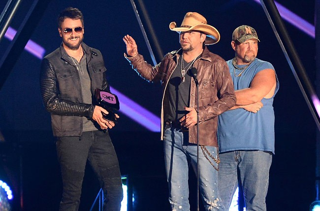 cmt-awards-2013-show-eric-church-jason-aldean-larry-the-cable-guy-650-430