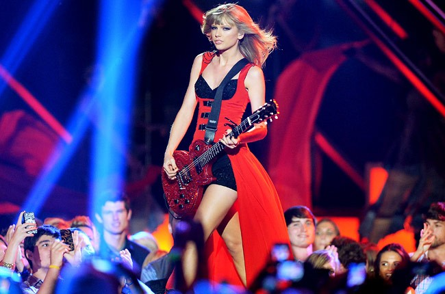cmt-awards-2013-show-taylor-swift-650-430