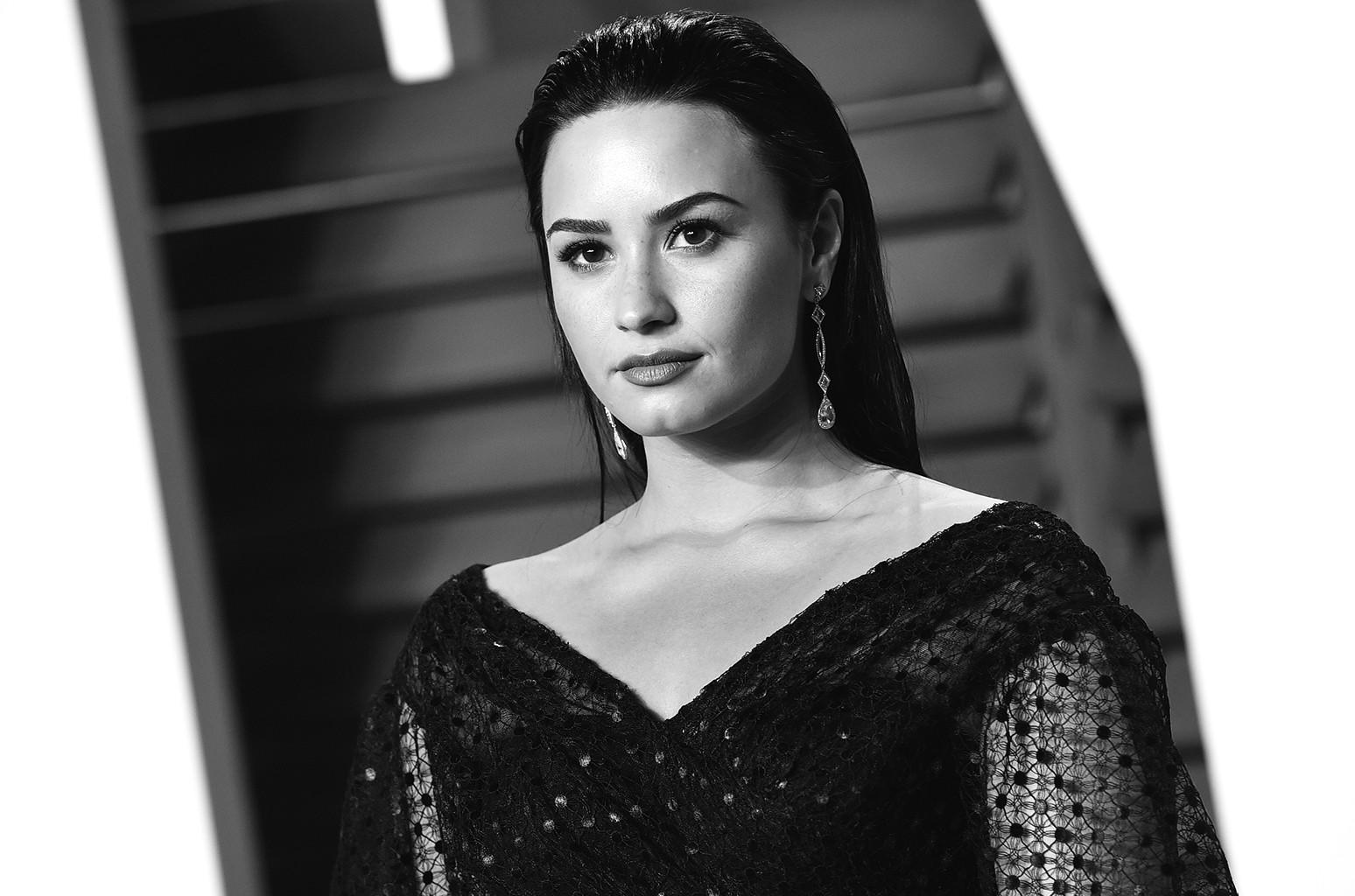 Demi Lovato arrives at the 2016 Vanity Fair Oscar Party