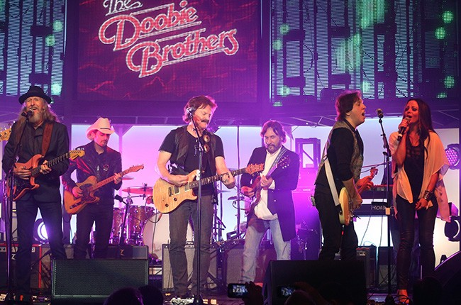 doobie-brothers-others-perform-smn-boat-show-650-430