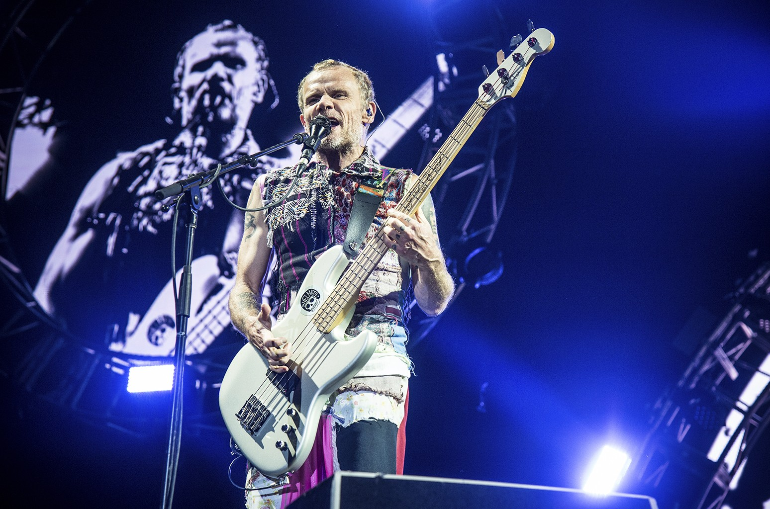 Блоха Red Hot Chili Peppers с любовью к Нанди Бушеллу после невероятной каверы на песню Under the Bridge