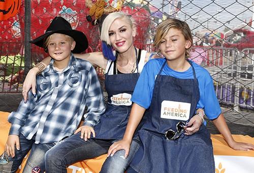 Gwen Stefani volunteers at the Feeding America Holiday Harvest