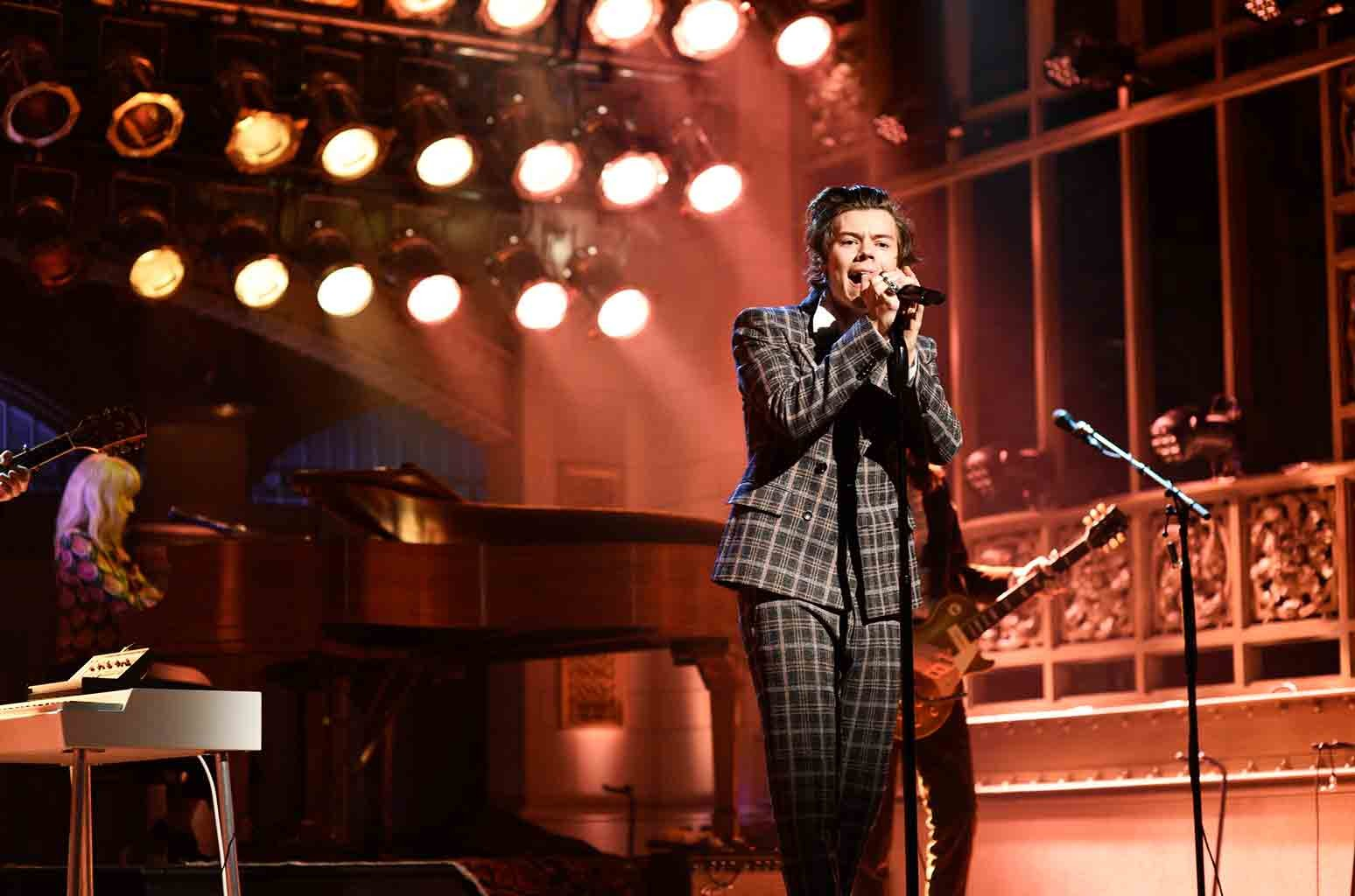"Harry Styles performs ""Sign of the Times"" on Saturday Night Live on April 15, 2017."