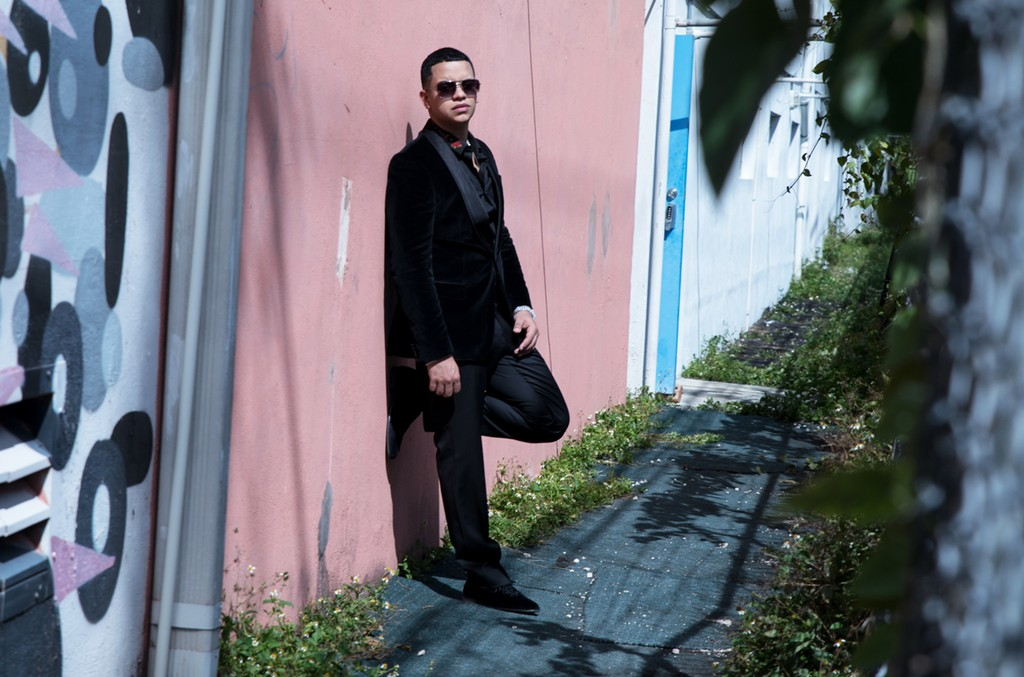 J Alvarez behind the scenes of the video for Esa Boquita
