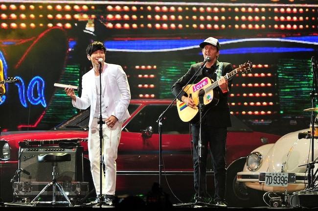 JJ Lin and Jason Mraz perform at the Golden Melody Awards