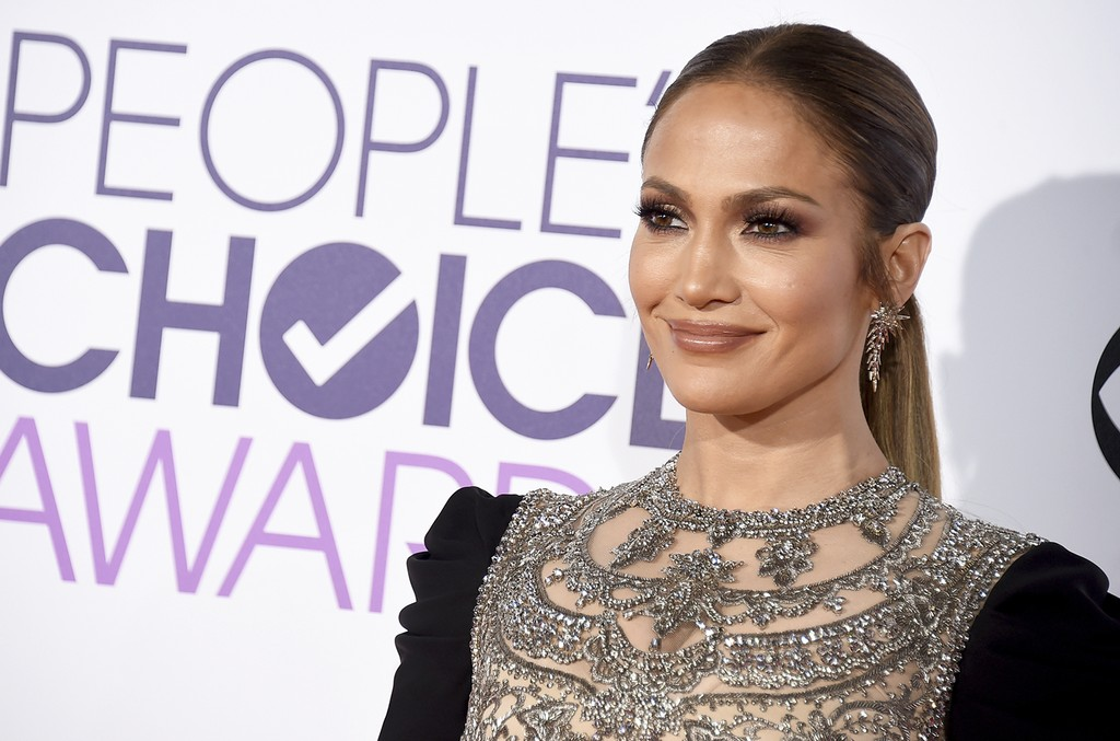 Jennifer Lopez arrives at the People's Choice Awards at the Microsoft Theater on Jan. 18, 2017 in Los Angeles.