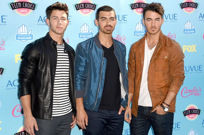 jonas-brothers-teen-choice-awards-2013-blue-carpet-650-430