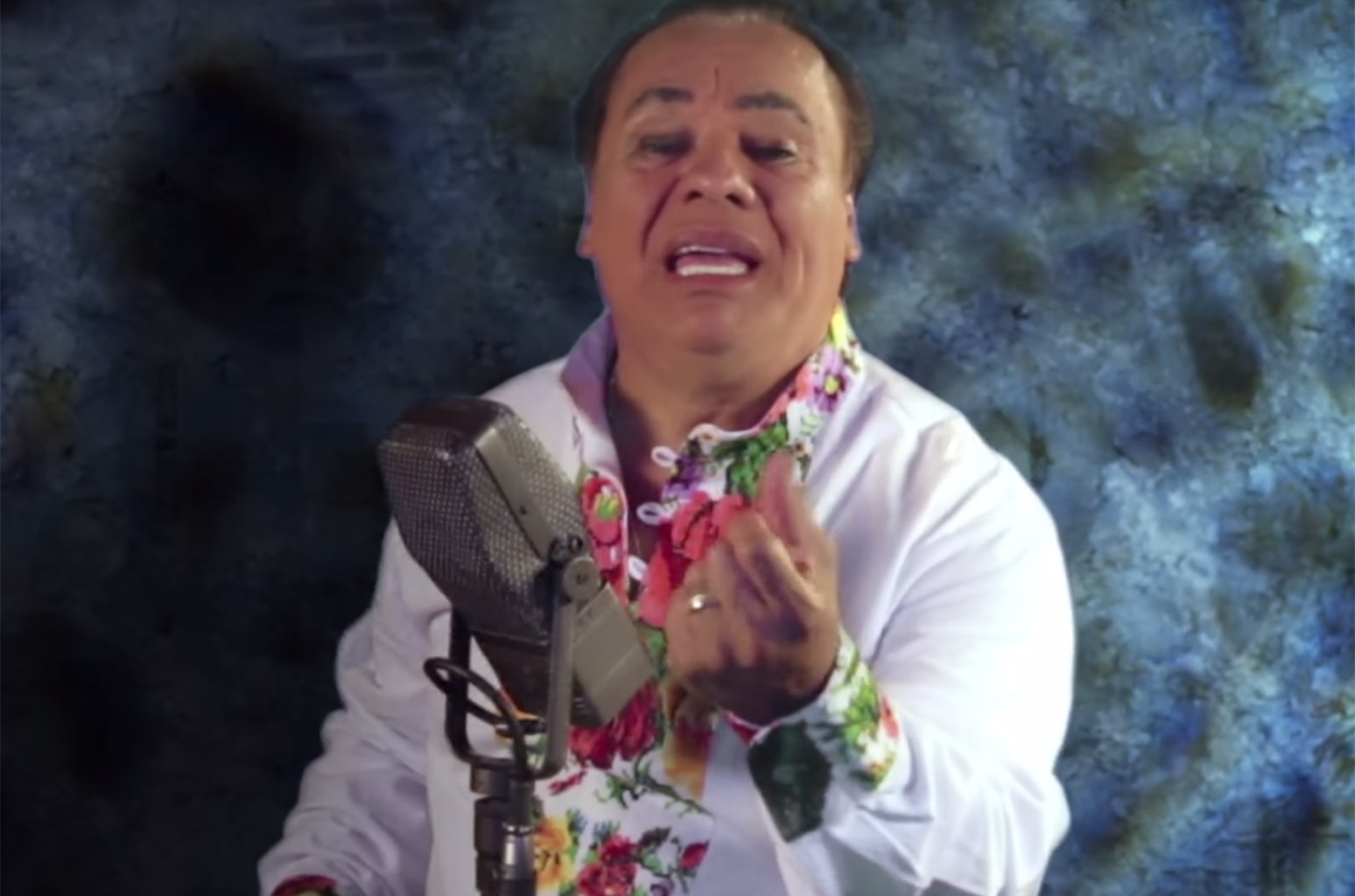 """Juan Gabriel in the video for """"Si Quieres."""""""