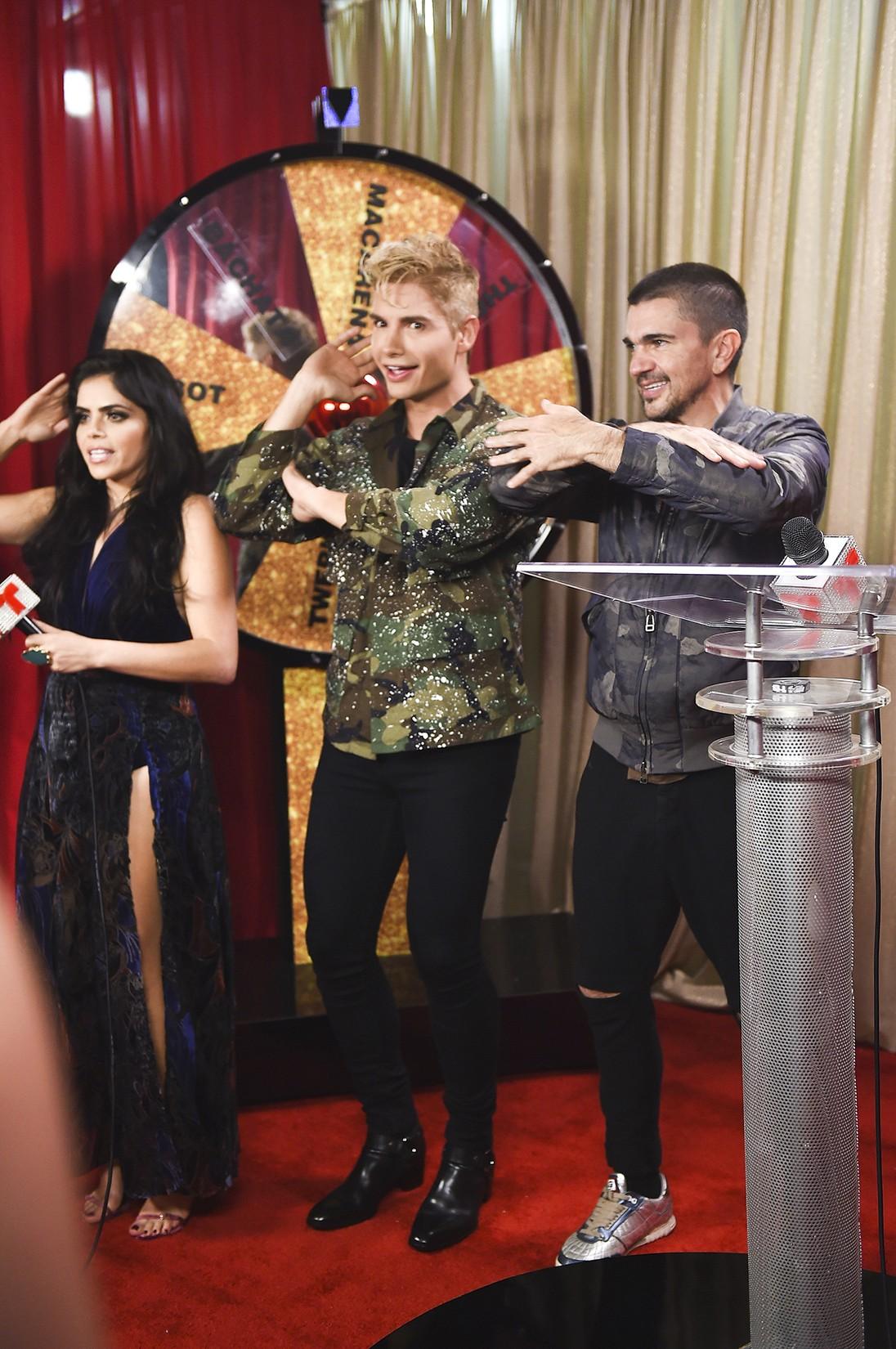 Juanes dances with Telemundo hosts