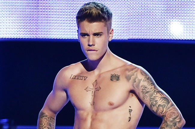 Justin Bieber shirtless presents onstage at Fashion Rocks 2014