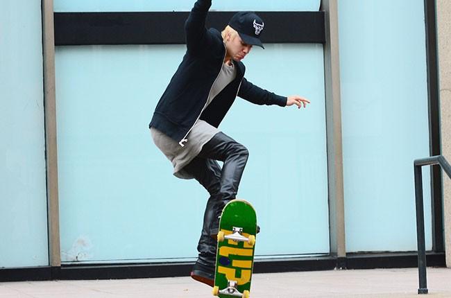 justin-bieber-skateboarding-nyc-dec-2014-billboard-650