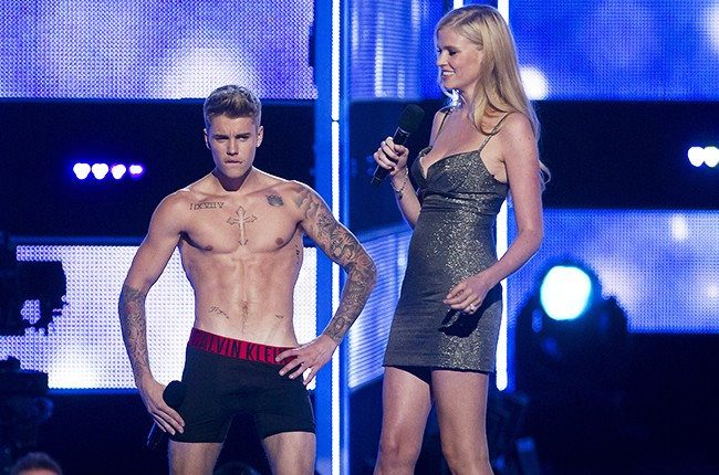 Justin Bieber gets booed when he strips on Fashion Rocks