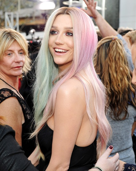 kesha-amas-2013-red-carpet-600b-compress