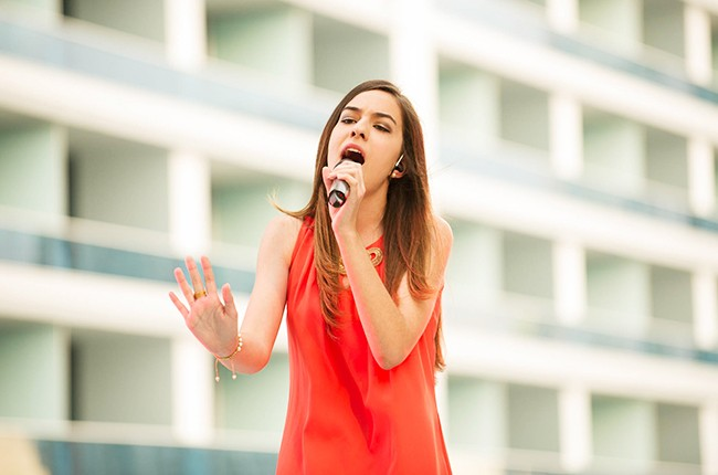 Lorena Ares performs at the Mas Y Mas Musica Showcase