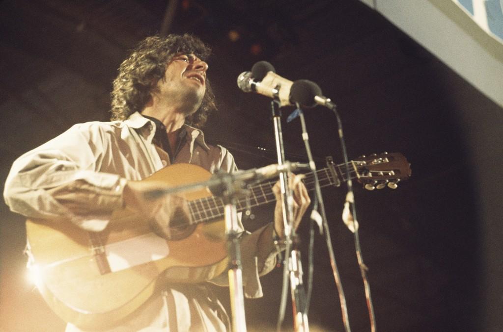 Leonard Cohen performs in 1970