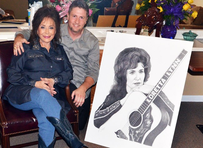 Corey Frizzell presents Loretta Lynn with a new drawing of her