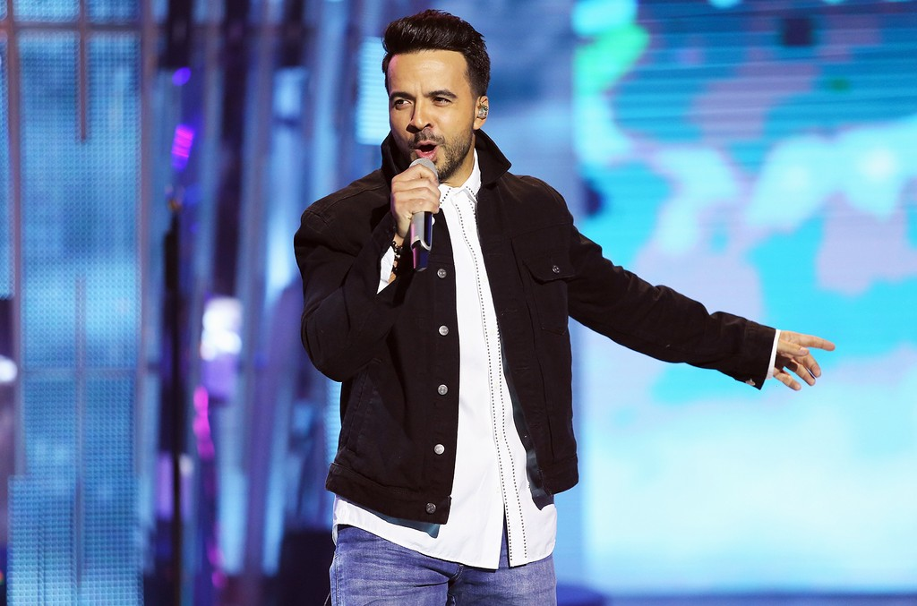 Luis Fonsi performs during the Liverpool Fashion Fest Spring/Summer 2017 at Televisa San Angel on March 9, 2017 in Mexico City, Mexico.