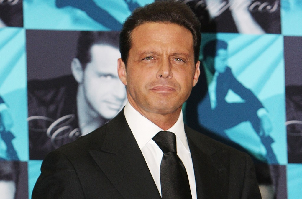 Luis Miguel attends a photocall to promote the launch of his new album, 'Complices' at Casino Espanol on May 6, 2008 in Mexico City.