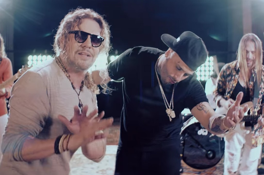 """Maná and Nicky Jam in the video for  """"De pies a Cabeza."""""""
