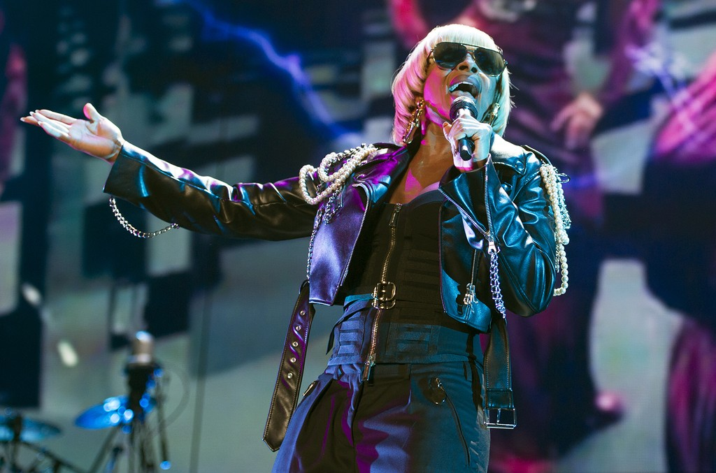 Mary J Blige performs in 2016