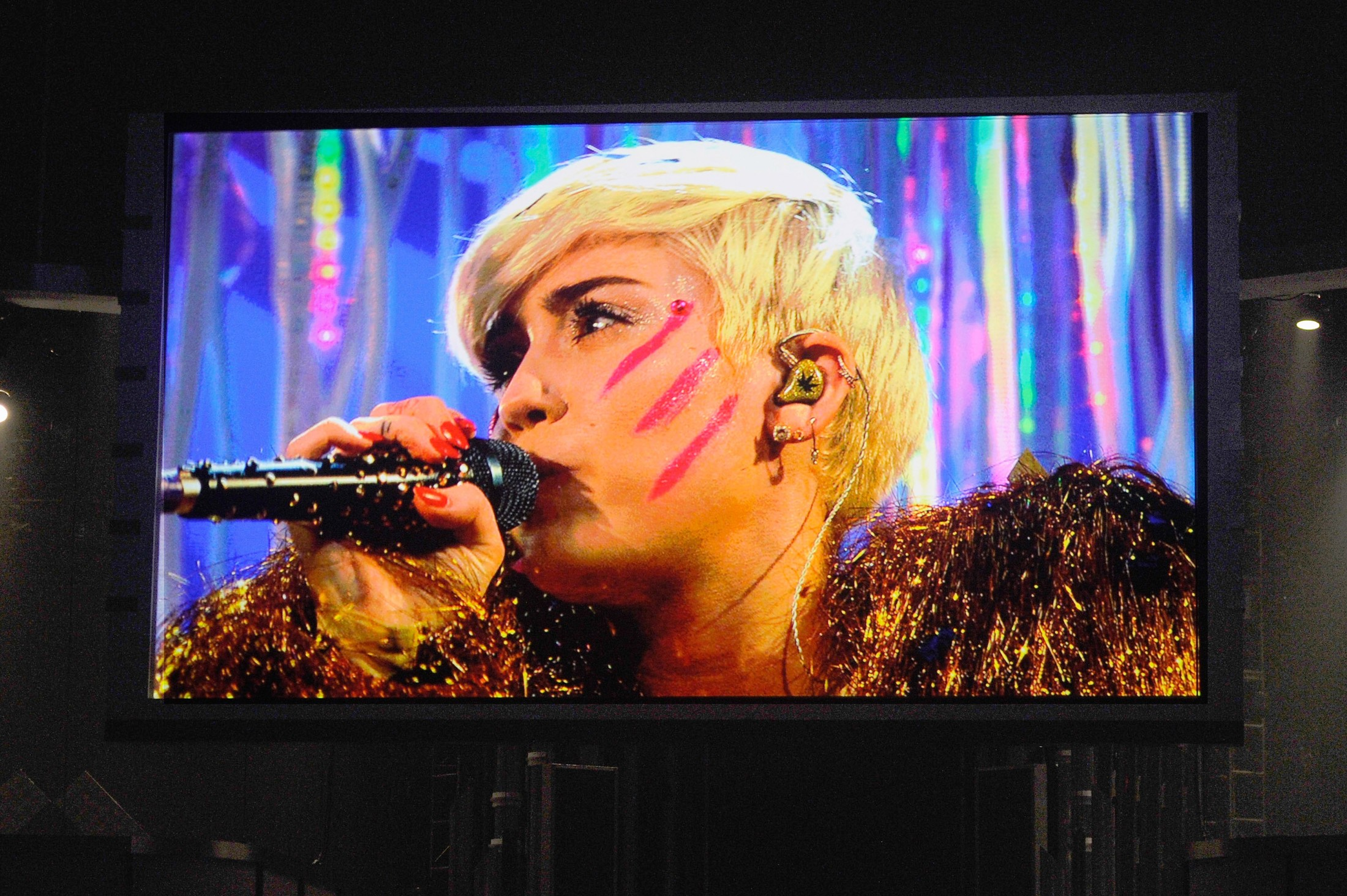 Miley Cyrus Performs at the 2014 Billboard Music Awards