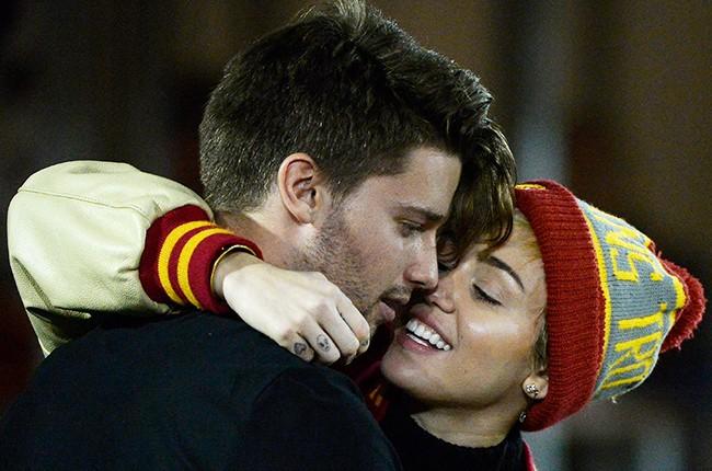 Miley Cyrus kisses Patrick Schwarzenegger 2014