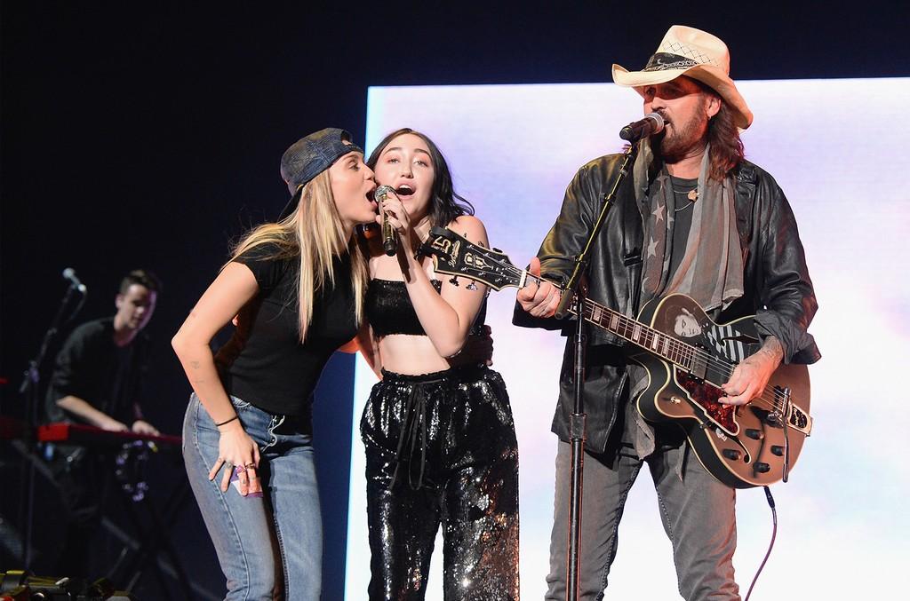 Miley Cyrus, Noah Cyrus & Billy Ray Cyrus, 2017