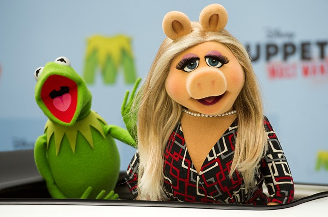 miss-piggy-kermit-the-frog-muppets-most-wanted-billboard-650