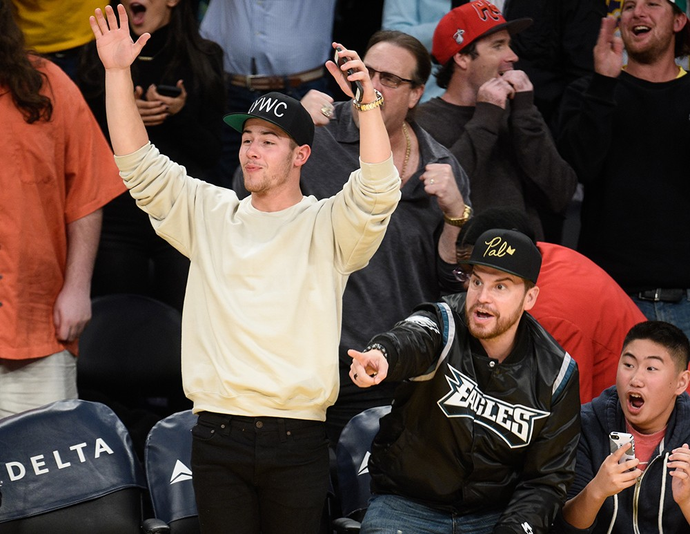 nick-jonas-lakers-game-march-2016