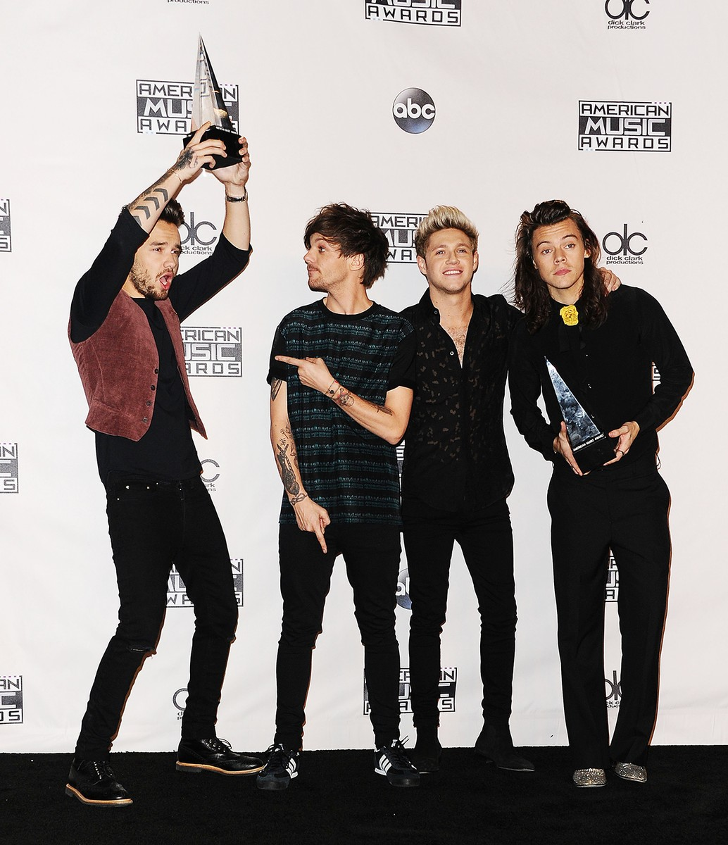 One Direction backstage after winning the Artist of the Year Award at the 2015 American Music Awards, amas