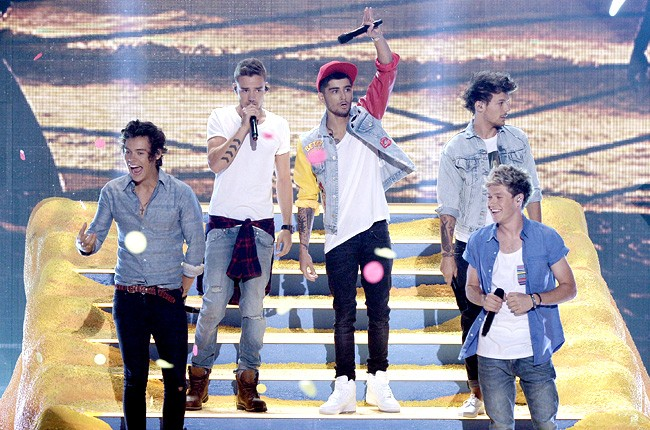 one-direction-performing-teen-choice-awards-2013-650-430