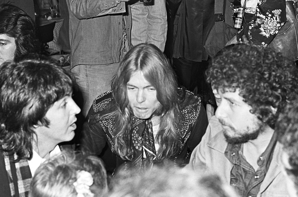 Paul McCartney, Gregg Allman and Bob Dylan talking at The Greenhouse in Los Angeles for the end of Rod Stewart and The Faces' tour on March 11, 1975.