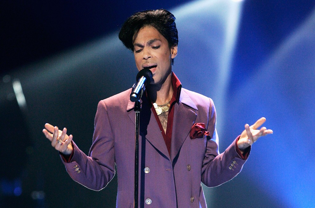 Prince performs at the Kodak Theatre