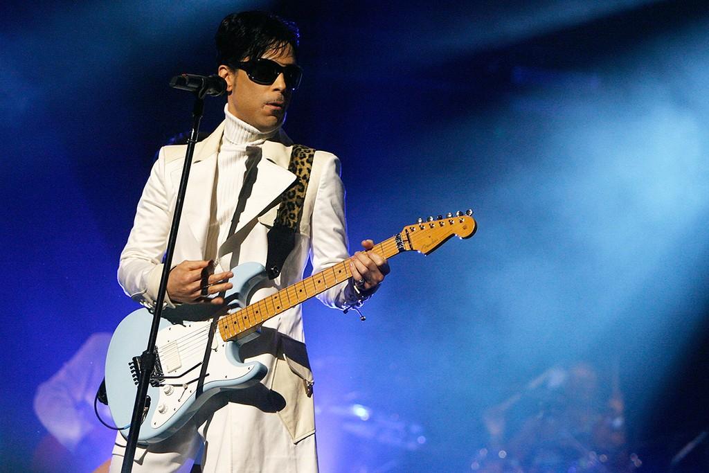 Prince performs in Pasadena in 2007
