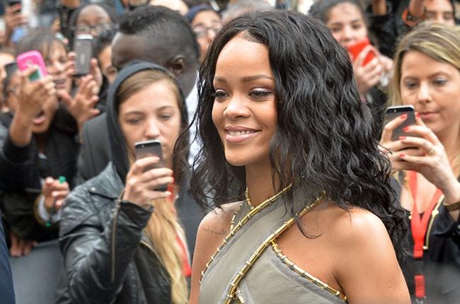 "Rihanna launches her perfume ""R"""