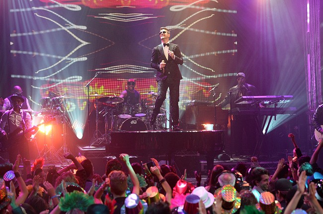 robin-thicke-2-new-years-eve-2014-dick-clark-650-430