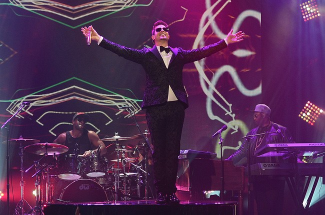 robin-thicke-3-new-years-eve-2014-dick-clark-650-430