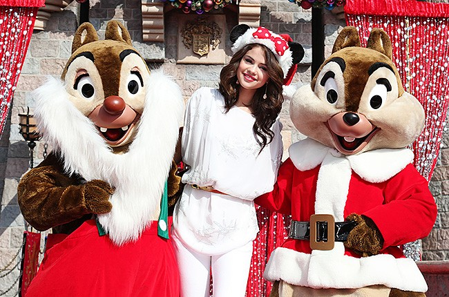 santa-christmas-disney-selena-gomez-650-430