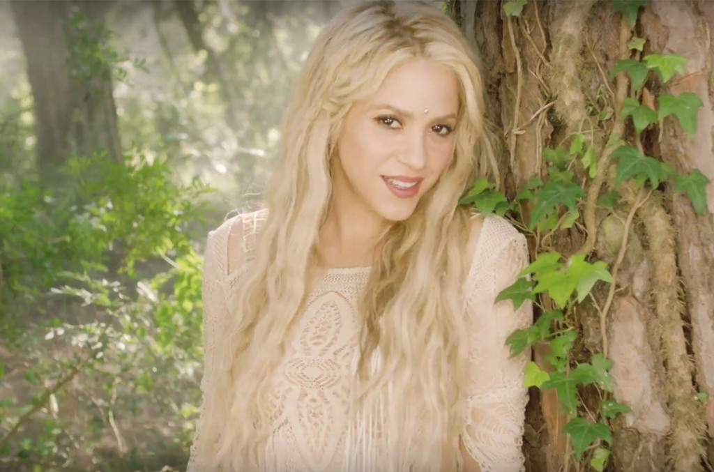 """Shakira in the video for """"Me Enamore"""""""