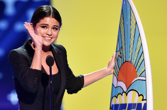Selena Gomez accepts the Ultimate Award during FOX's 2014 Teen Choice Awards