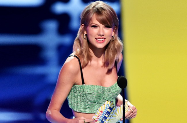 Taylor Swift onstage during FOX's 2014 Teen Choice Awards