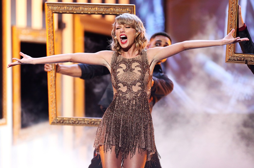 Taylor Swift performs in 2014