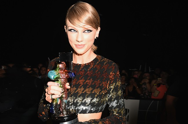 Taylor Swift poses with a Moonman award at the 2015 MTV Video Music Awards