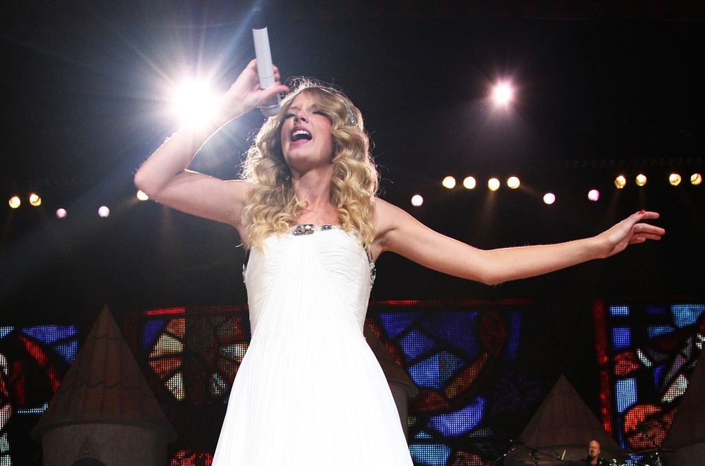 Taylor Swift performs in 2009